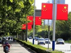 河北:五星红旗飘起来 | 3800多辆公交车挂国旗喜迎国庆